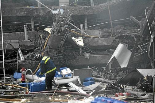 Un bombero, en el aparcamiento de la T-4 tras el atentado de ETA.