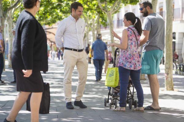 Vecinos de Torrejón felicitan a Ignacio por su reelección.