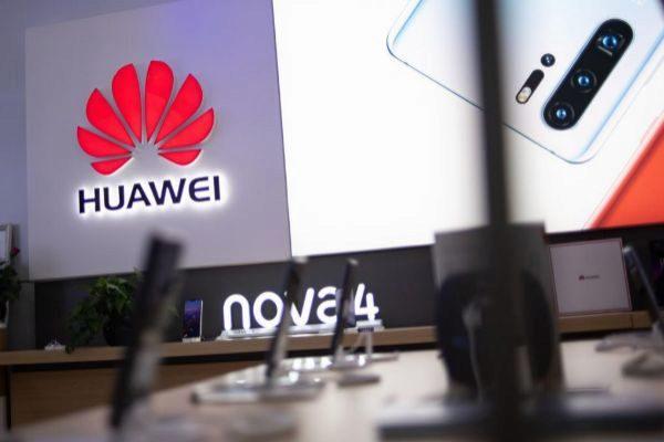 El logo de Huawei en una tienda de venta de móviles