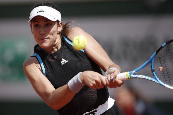 EPA1327. PARÍS (FRANCIA).- La tenista española Garbiñe <HIT>Muguruza</HIT> golpea la bola contra la sueca Johanna Larsson durante su partido de la segunda ronda del torneo de Roland Garros, este miércoles, en París, Francia.