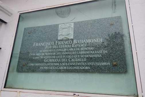Placa conmemorativa que explica por qué el pueblo de llama Guadiana del Caudillo.