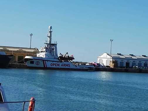 El Open Arms en el puerto de Burriana.