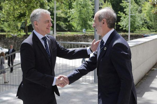 Iñigo Urkullu saluda al presidente de Adegi, Eduardo Junkera.