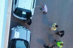 Los policías en el momento de la detención del entrenador.