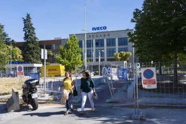 Dos trabajadoras salen de las dependencias de Iveco.