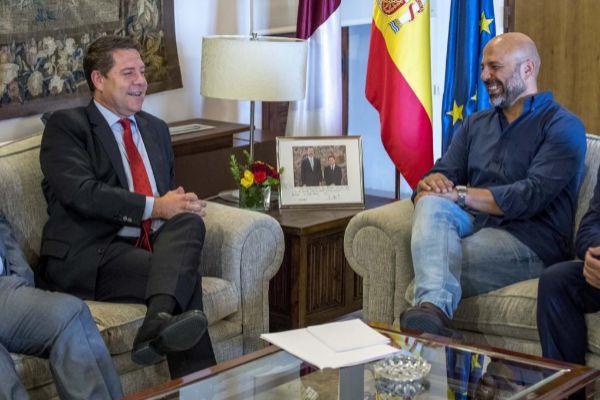 Emiliano García-Page junto a José García Molina (dcha.),...