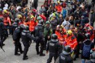 Imagen del dispositivo policial y los manifestantes cerca del lugar de la sede de la reunión Consejo de Ministros