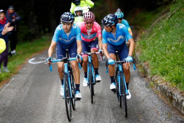 Pedrero (izda.) y Landa (dcha.) tiran de Carapaz en el Giro.
