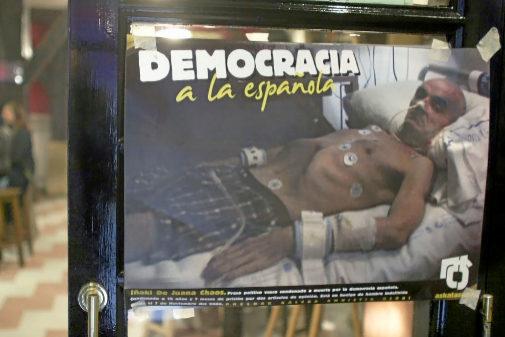 Carteles con ls fotografía del miembro de ETA Iñaki de Juana Chaos en huelga de hambre publicada en 'The Times' en una 'Herriko Taberna' en Bilbao
