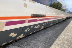 Imagen de uno de los trenes que presta servicio a Algeciras, con la pintura parcheada.