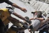 Los Cascos Blancos rescatan a un niño de los escombros de un edificio destruido durante un ataque aéreo, en Ariha (Idlib).