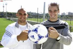 Raúl Bravo y Borja Fernández, en la ciudad deportiva del Madrid en 2001.