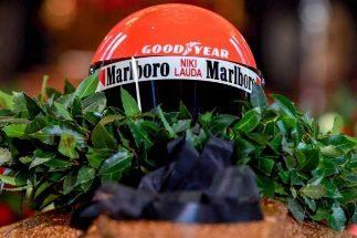 El último adiós a Lauda, despedido con casco y mono