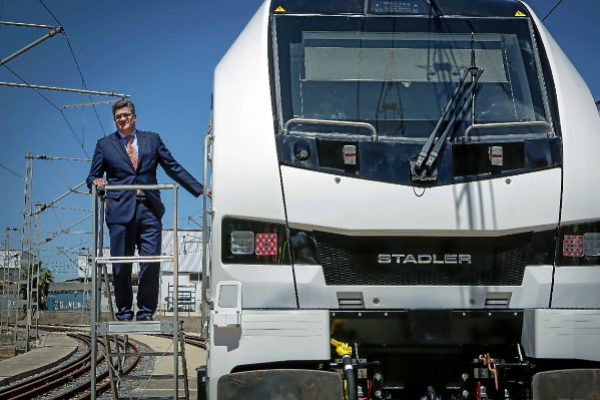 El presidente de Stadler Valencia, Íñigo Parra, posa junto a la nueva locomotora Eurodual.