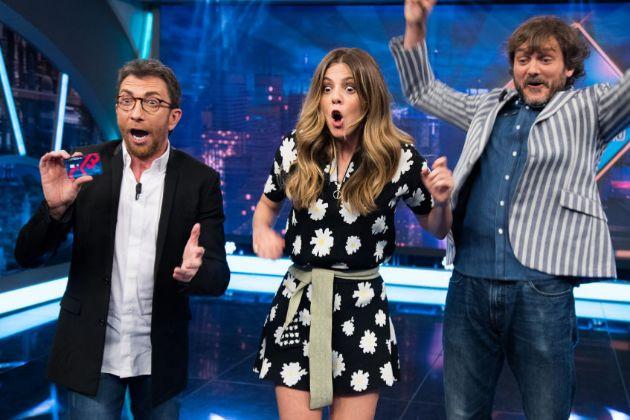Pablo Motos, Manuela Velasco y Salva Reina en El Hormiguero de Antena 3, celebrando el premio de 12.000 euros que se llevó una espectadora que acabó formulando una pregunta incómoda