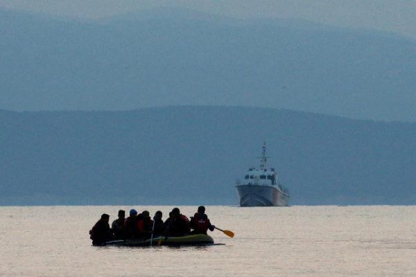 Inmigrantes en una lancha de goma, frente a la costa de Grecia a la altura de la isla de Kos.
