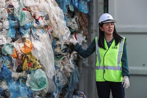 La ministra de Medio Ambiante, Yeo Bee Yin, muestra los contenedores...
