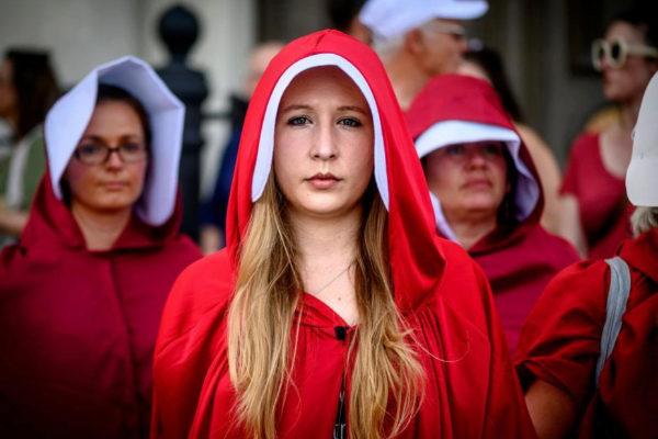 Mujeres vestidas como la protagonista de 'El Cuento de la Criada' protestan en Nueva Orleans (Luisiana).