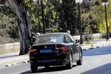 Un coche de la empresa Uber, por las calles de Valencia.