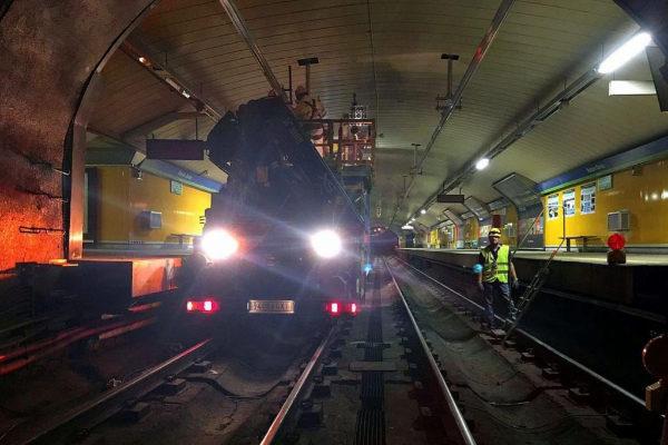 Obreros trabajando en un vagón de metro de Madrid