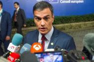 El presidente del Gobierno en funciones, Pedro Sánchez, responde a los medios desde Bruselas.