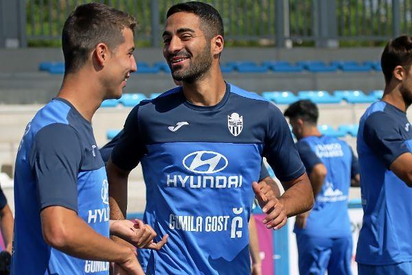Rubén González, bromeando con Pedro Ortiz durante un entrenamiento.