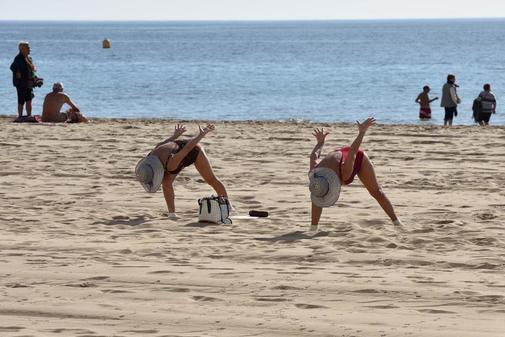 Dos mayores en temporada baja en una de las playas de Benidorm.