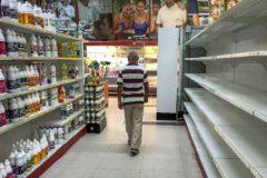 Un supermercado de Caracas, con escasez de productos, después de la regulación impuesta a los precios.
