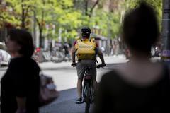 Un repartidor de Glovo por la calles de Madrid.