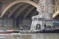 MTI155. BUDAPEST (HUNGRÍA).- Miembros de los servicios de rescate continúan con la búsqueda de víctimas en el <HIT>Danubio</HIT> en Budapest (Hungría), este jueves, tras la colisión de dos barcos. Las autoridades húngaras han confirmado este jueves que siguen buscando a 21 personas desaparecidas, con escasas esperanzas de hallarlas vivas, en las aguas del río <HIT>Danubio</HIT> tras el naufragio anoche de un barco turístico que causó la muerte de al menos siete surcoreanos.   PROHIBIDO SU USO EN HUNGRÍA