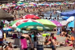 Numerosas personas en la playa de la Misericordia de Málaga.