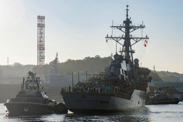 El destructor de misiles USS John McCain se aproxima al muelle de Yokosuka, en Japón, en 2018.