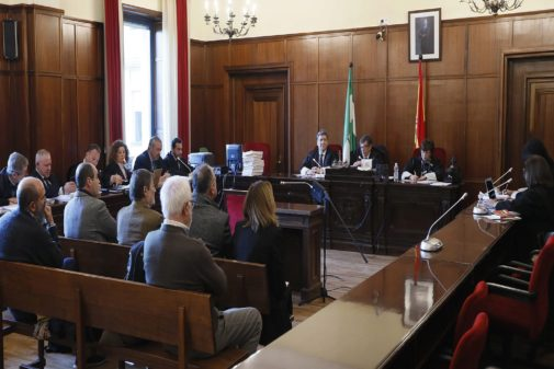 Los enjuiciados por el caso Umax, ante el tribunal de la Sección Tercera de la Audiencia de Sevilla el 8 de enero.
