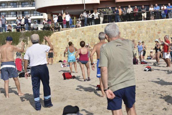 Un grupo de ancianos hace ejercicio en la playa de Poniente de Benidorm, al final del parque de Elche. Este tipo de estampas son habituales en temporada baja.