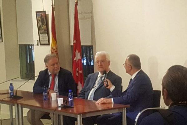 Santiago Martín El Viti flanqueado por Manuel Ángel Fernández y Roberto Gómez en el acto de su homenaje celebrado este jueves en Las Ventas.