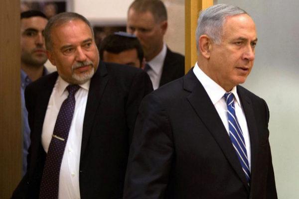 Avigdor Lieberman y Benjamin Netanyahu acuden a una rueda de prensa, en Jerusalén.