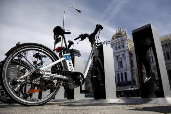 Una bici en su estación de Bicimad frente al Palacio de Cibeles.