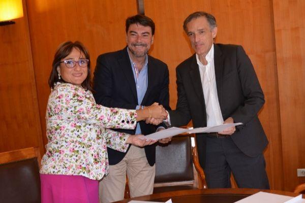 Luis Barcala, Mari Ángeles Goitía y Francisco Bartual, en la firma del convenio.