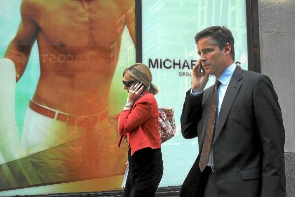 Dos personas hablando por teléfono movil.