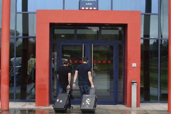 Imagen de agentes de la Guardia Civil entrando a la comisaría de Mossos en Lleida por esta causa