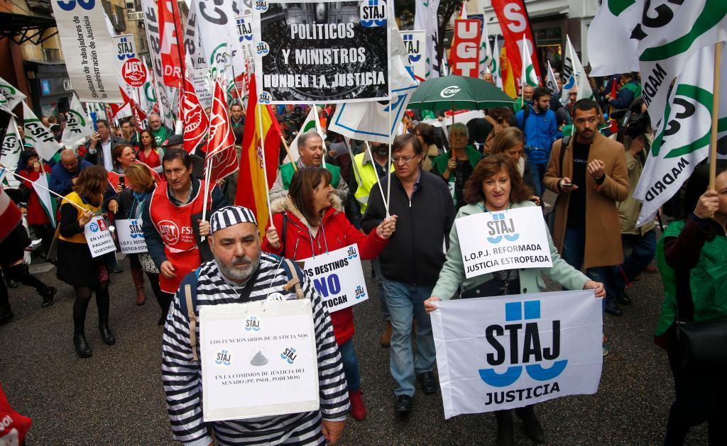 Funcionarios del Ministerio de Justicia en una manifestación por sus...