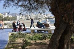 Grupo de jubilados en la Playa de Poniente, en Benidorm.