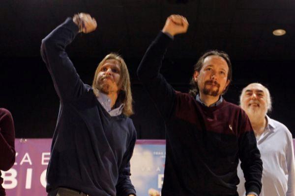 Pablo Fernández, diputado de Podemos, con Pablo Iglesias en un acto...
