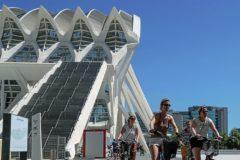 Un grupo de turistas, ayer, pasa junto al Museo de las Ciencias Príncipe Felipe de Valencia.