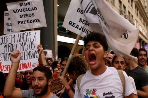 Miles de estudiantes protestan contra los cortes en la educación,...