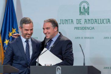 Juan Bravo y Elías Bendodo, consejeros de Hacienda y Presidencia, en la sede de San Telmo.