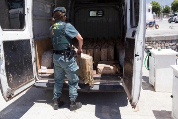 Una agente de la Guardia Civil, el lunes, en una operación contra el narcotráfico en Andalucía.