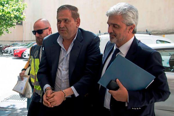 El empresario mexicano Alonso Ancira, llega esposado a los juzgados de Vía Alemania junto a su abogado.