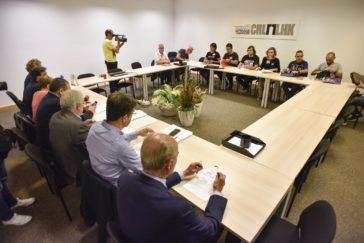 Los sindicatos de la concertada y la patronal Kristau Eskola en la reunión.