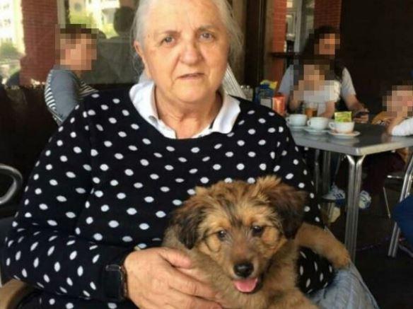 Gumersinda M. R., de 74 años, con su perro.